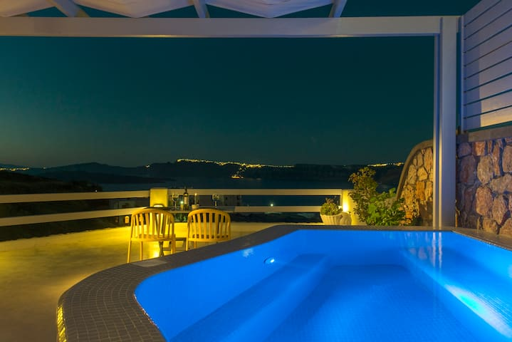 Premium Apt , Private Plunge Pool, Caldera View