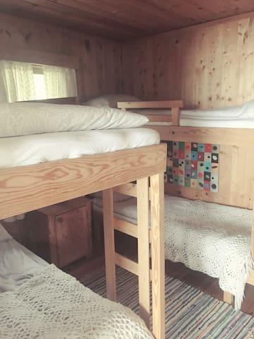 Køyesenger med 4 plasser på det ene rommet