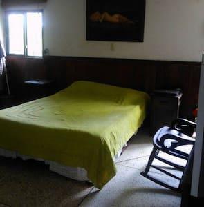 Habitación con cama doble y baño - Salento - Casa
