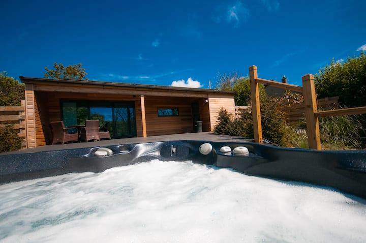 Chy Mena. South facing lodge with hot tub & views.