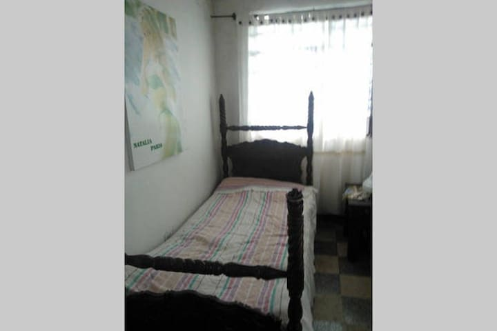 Habitación con cama sencilla y baño - Salento