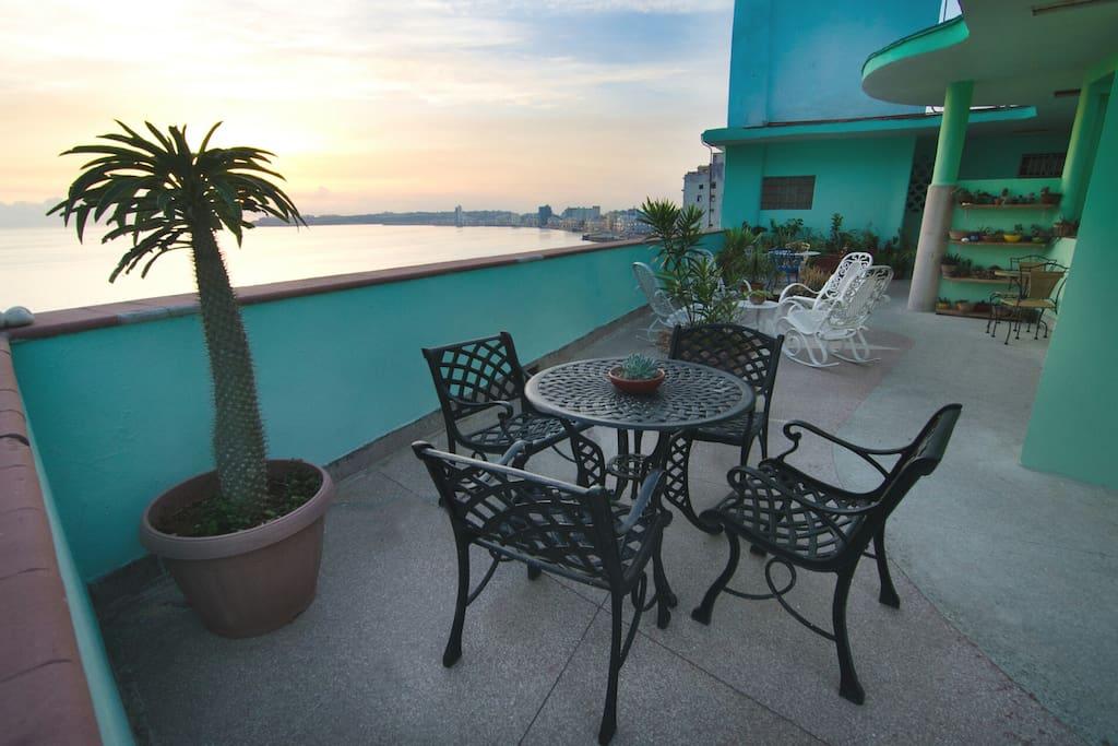 la mesa en la terraza te invita aun desayuno frente al mar