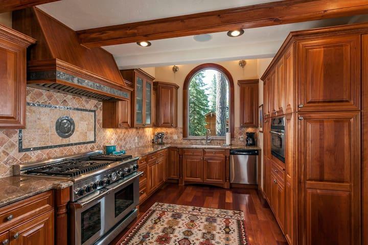 Estates Lodge Luxury Home w/ Hot Tub