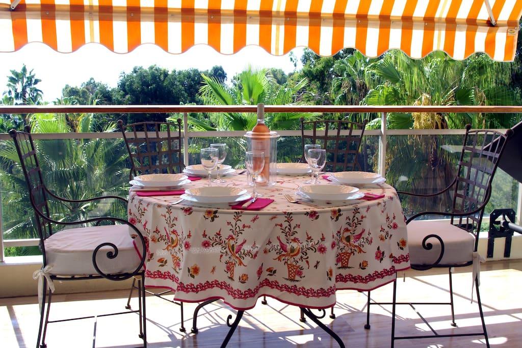 le soleil d'hiver nous permets de dejeuner sur la terrasse !