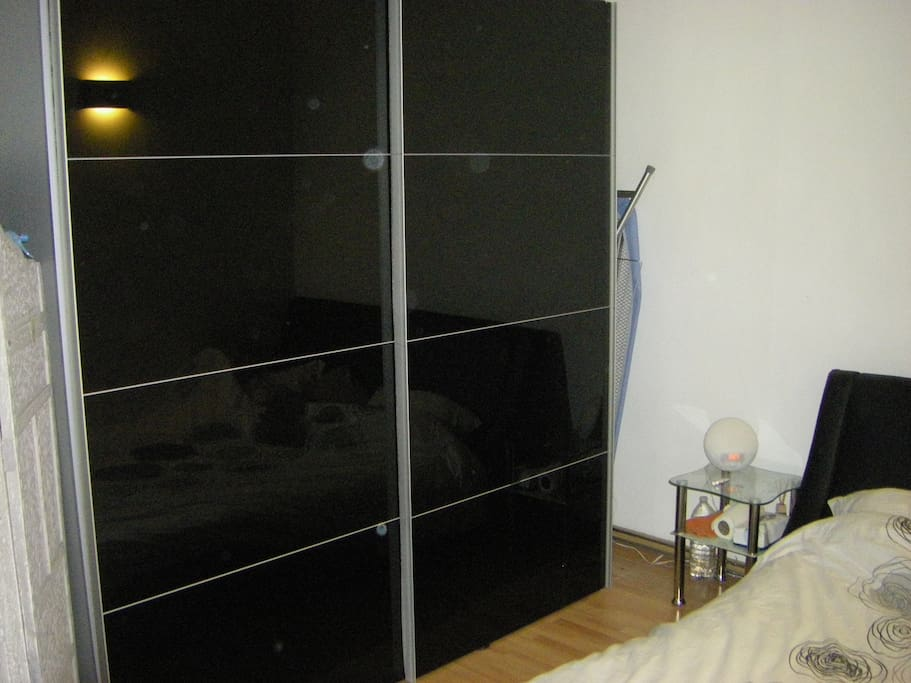 Une chambre avec lits et armoire