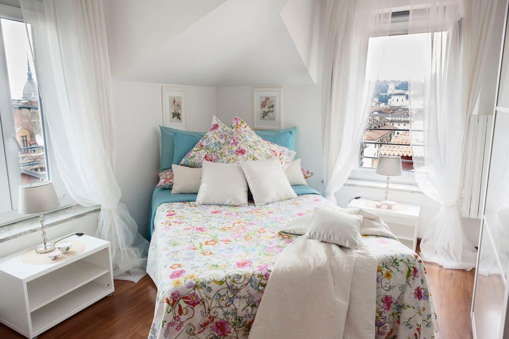 Interno camera da letto con vista sulla MOLE e la GRAN MADRE