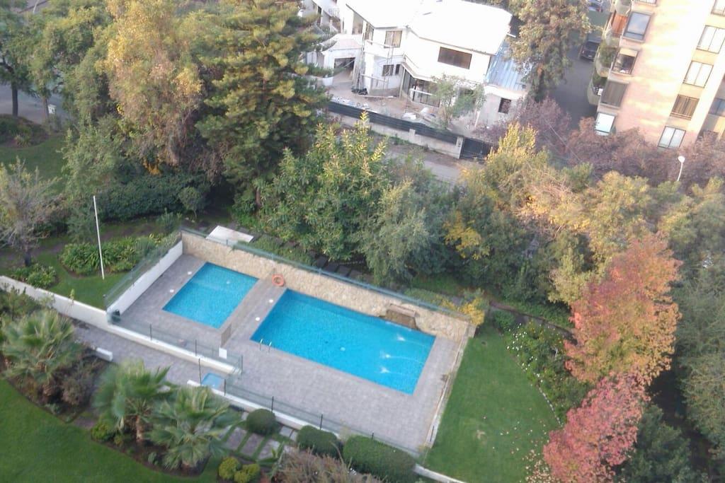 Agradable vista a jardines y piscina...
