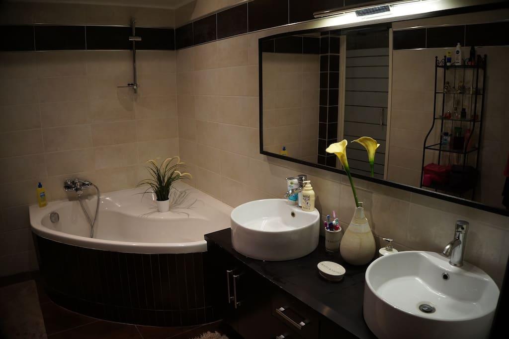 SDB avec double vasque, douche italienne et baignoire