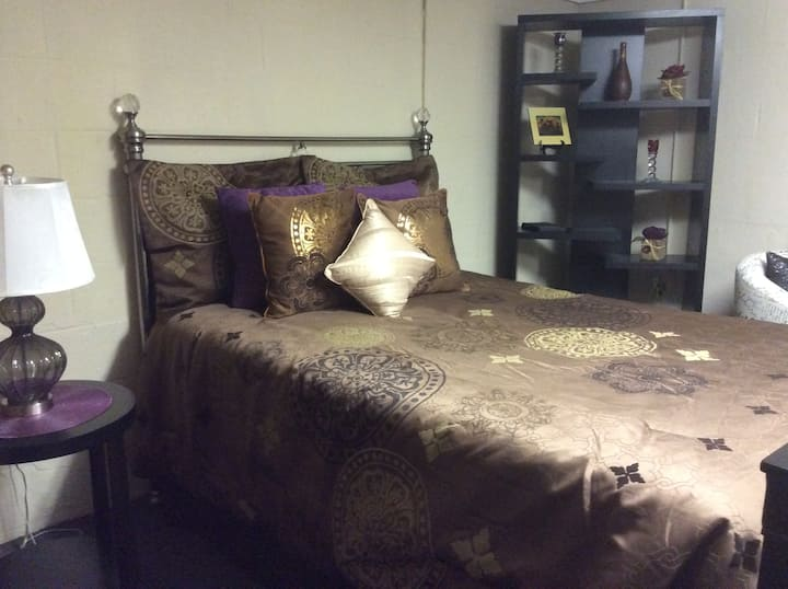 Chic Studio  3 minutes to Downtown!