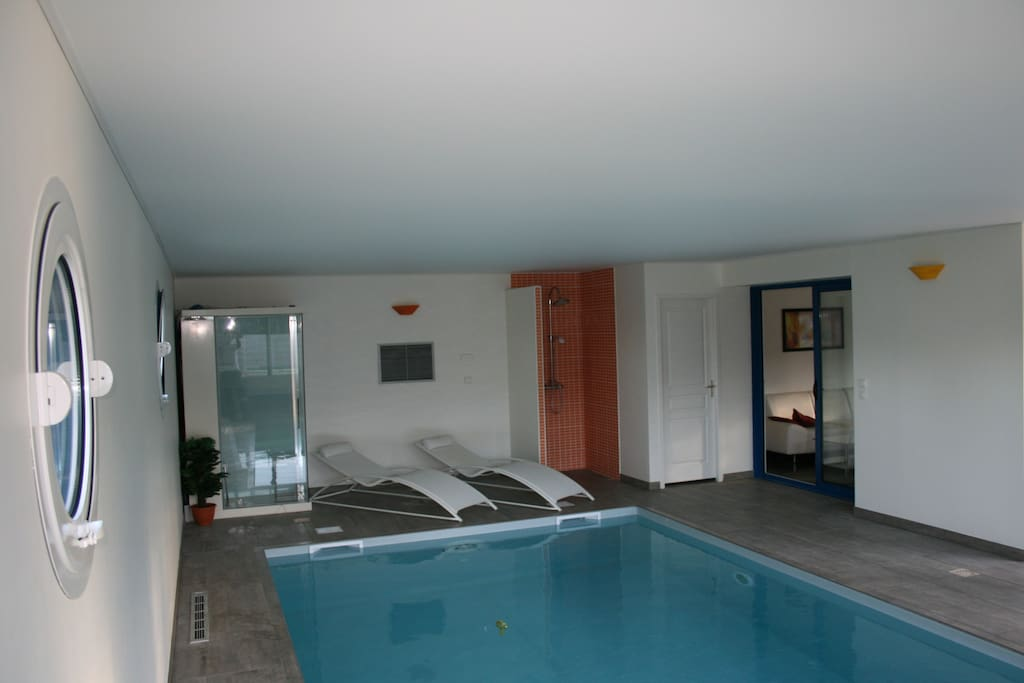 Villa avec piscine d 39 int rieure villas for rent in - Villa bretagne piscine interieure ...