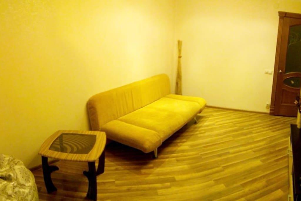 Кроме просторного двуспального дивана в комнате есть кресло-груша, которая принимает форму тела и позволяет отдыхать в любой позе.