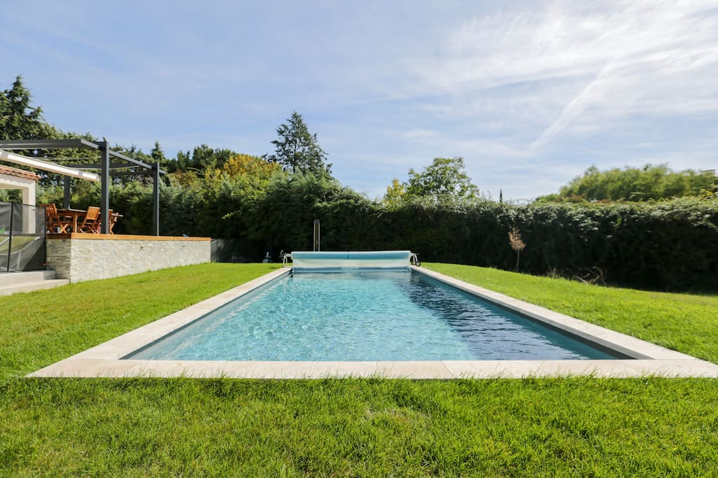 Villa design contemporaine piscine ideale famille villas for Piscine miroir aix en provence