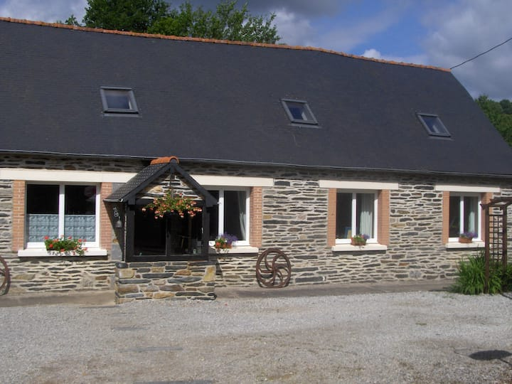 Stone longere & cottage for family/group holidays
