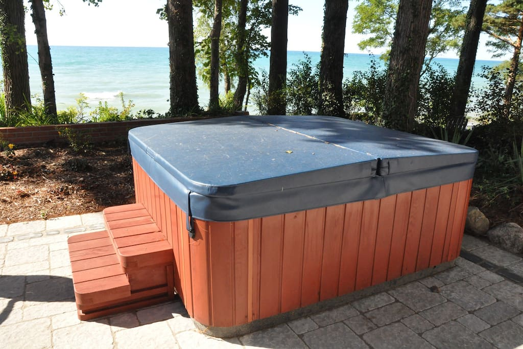 Coach house with access to hot tub in back of main house on Lake Michigan