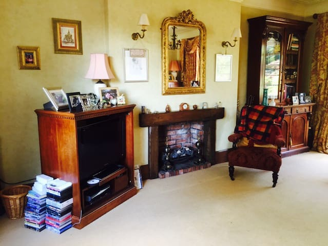 Large room in our 1930's Art Decco home - Newcastle-under-Lyme - House