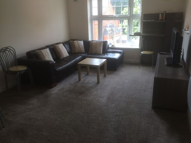 Large Clean & Comfortable Apartment - Camberley