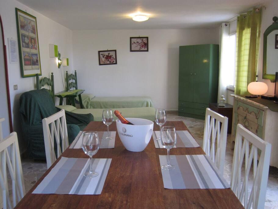 soggiorno con ingresso dal terrazzo e con 2+1 posti letto