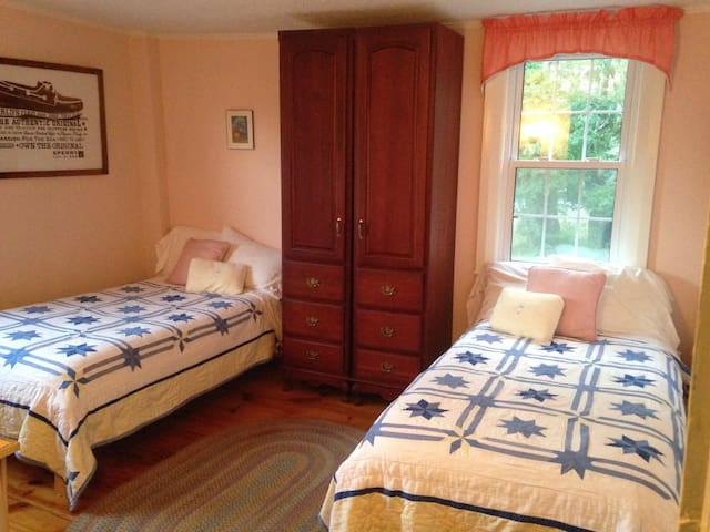 Silvershell Inn - Pink (2 twin/single beds) - Marion - House