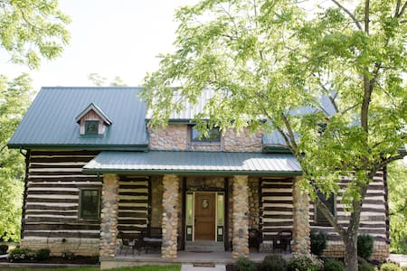 The Quinn Cabin - SLEEPS 14-20 - Wright City