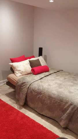 Cozy basement room in Family house - Dorval - House
