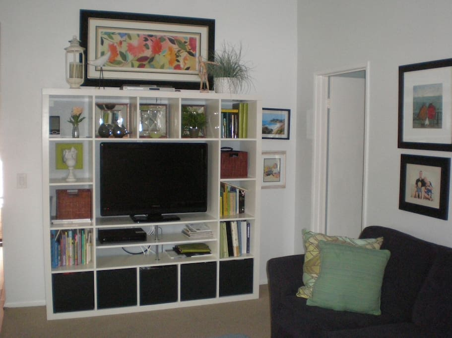 Vaulted ceilings and cable TV in living room