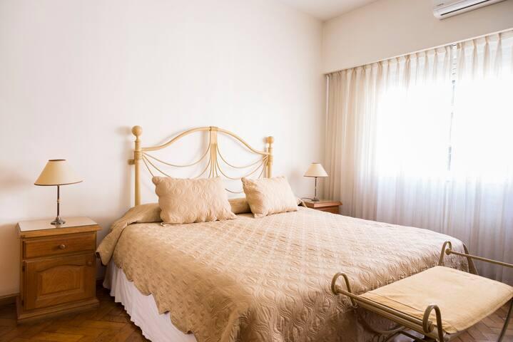 Dormitorios principal con cama King (2*2) o se pueden armar 2 camas singles de plaza y media!