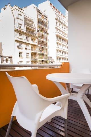 Balcón con vista a la hermosa Avenida Callao. Mesa y sillas super comodas.
