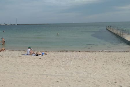 Beach/GP track! Walk to St Kilda! - Middle Park