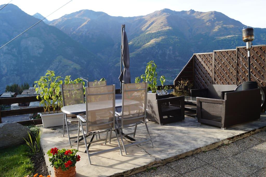 Terrasse mit Cheminee und Gartenmöbel