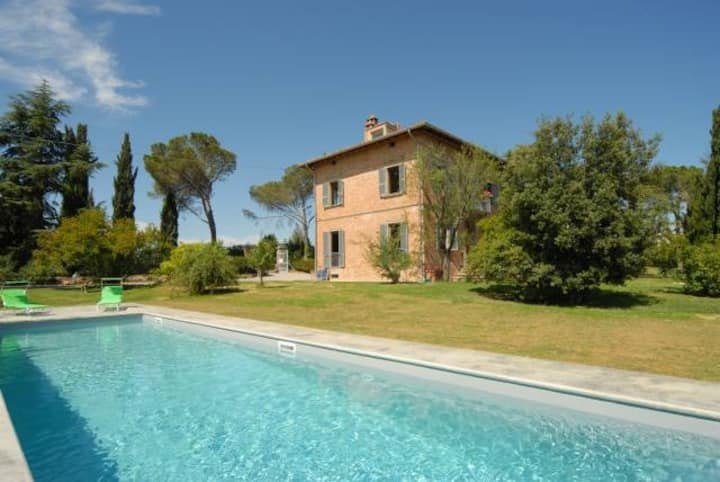 5 bedroom Tuscan villa with pool
