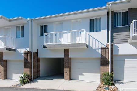 New house near harbour town - Coombabah