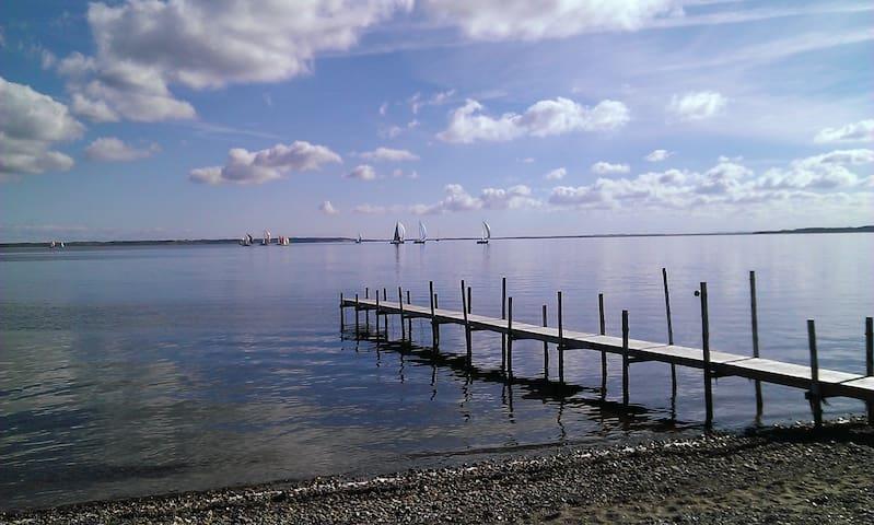 Idyl ved vandet. Stor naturgrund. - Thyholm - Chatka