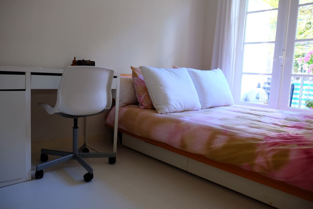 tout l atmosph re d 39 amsterdam dans une chambre confortable appartements louer amsterdam. Black Bedroom Furniture Sets. Home Design Ideas