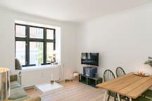 The spacious and light livingroom