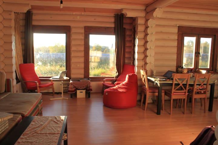 Уютная комната в деревянном доме - Shchekino - Huis