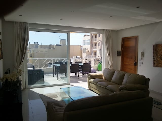Penthouse in sliema - large terrace and sea view - Sliema - Appartement