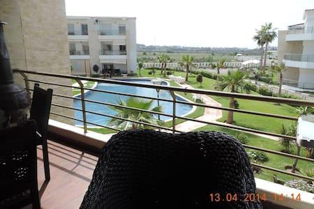 Appartement vue sur mer et piscine - Kondominium