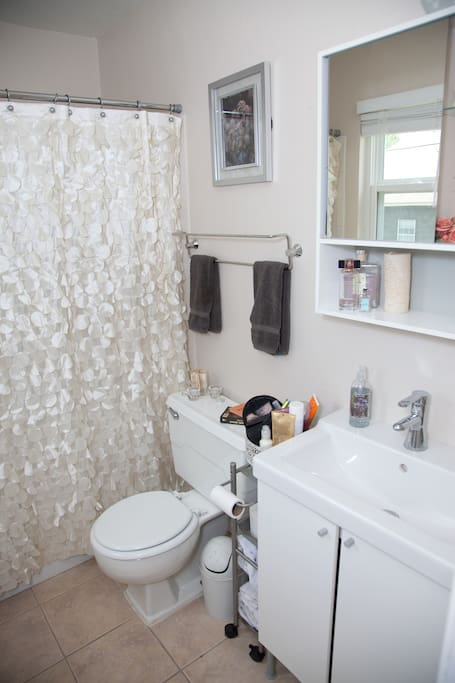 Sweet clean bathroom with shower and tub.