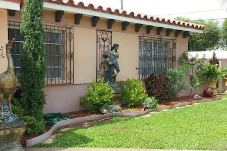 MIAMI AIRPORT GUESTHOUSE - Miami - Bed & Breakfast