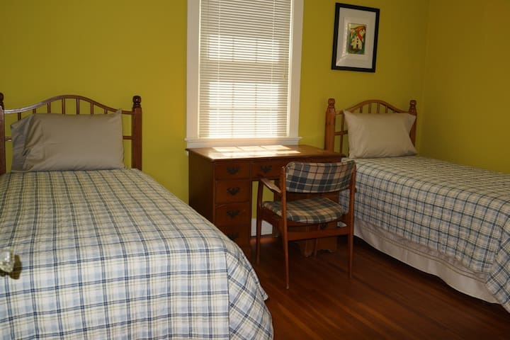 Bedroom 3: Two Twin Beds