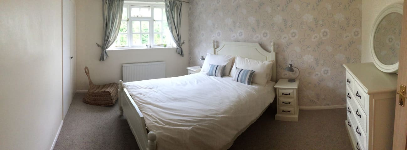 Comfortable village house - Bicester - Bed & Breakfast