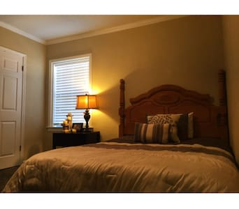 WITH OWN BATHROOM NEAR DOWNTOWN SAC - Carmichael - Casa