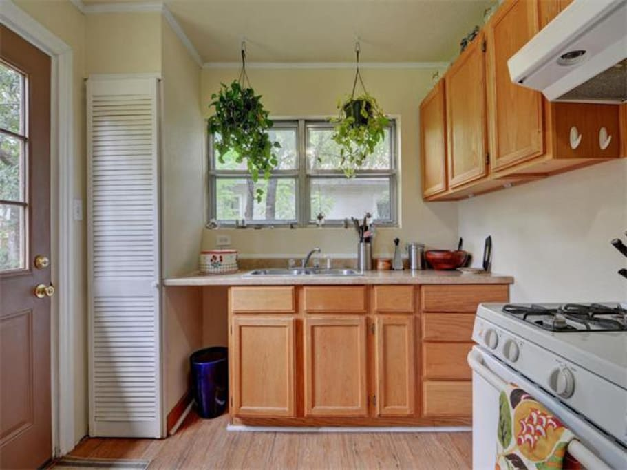 Just peachy 2 bedroom house houses for rent in austin texas united states for 2 bedroom house for rent austin tx