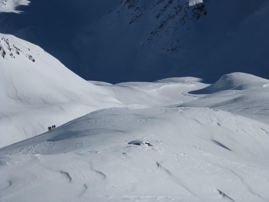 Über mögliche Skitouren informieren wir Dich gerne tagesaktuell und geben Dir auch Infos zur Lawinensituation.