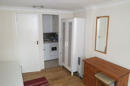 Private modern room in Whitton area - Hounslow