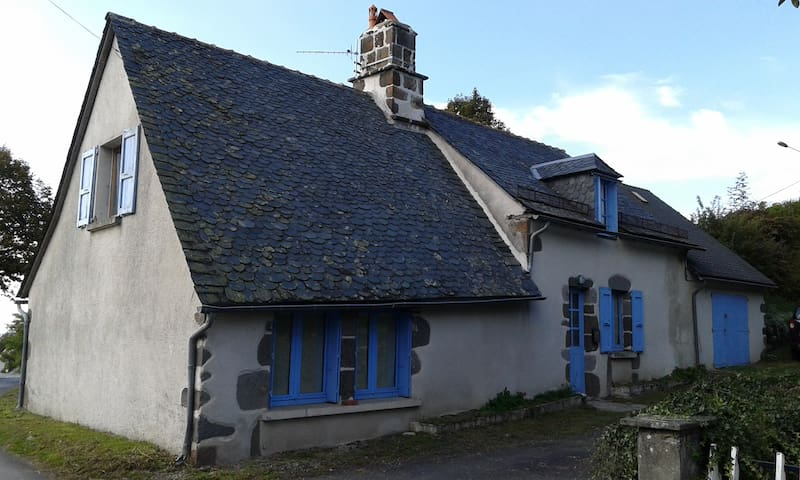 The house with blue shutters - Saint-Martin-Valmeroux - Casa