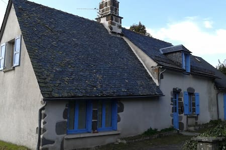 The house with blue shutters - Saint-Martin-Valmeroux - Talo