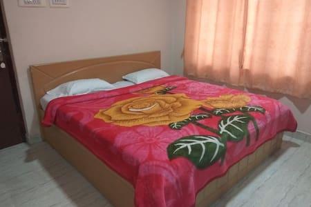 colorful stay w/ kitchen for 2 in MM Street, Kodai - Kodaikanal