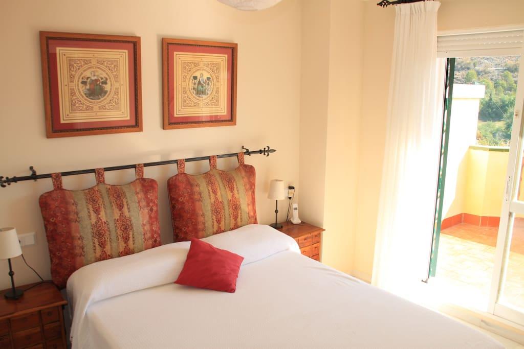 Dormitorio de matrimonio con terraza exterior. Cama de 1,90 x 1,50 m.