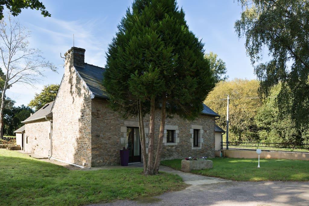 traditionelle longere bretonne et sa cour interieure